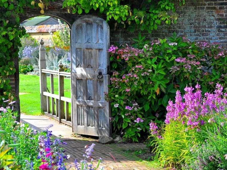 estupenda puerta madera jardín