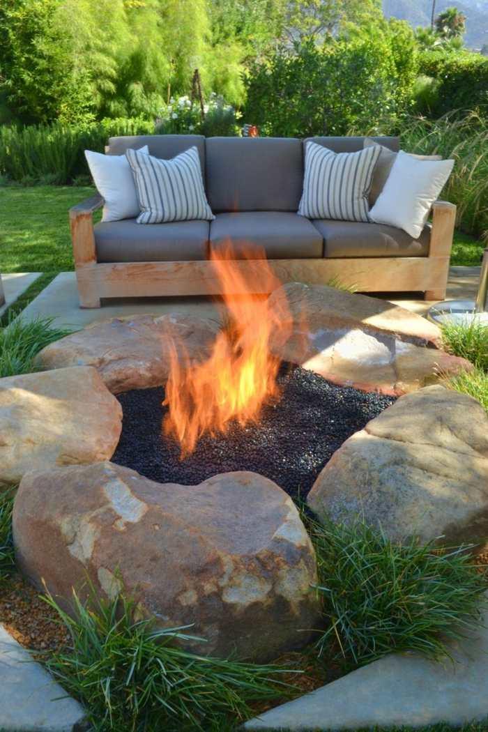fotos primavera verano terraza piedras grandes fuego ideas