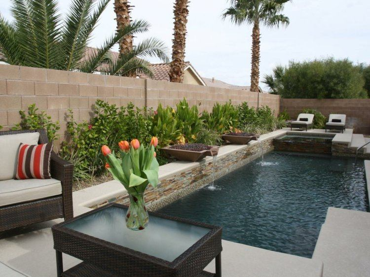 piscina con fuentes agua jardin moderno