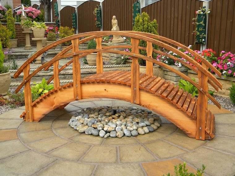 Puente en el jard n cincuenta y nueve ideas para - Jardines decorados con madera ...