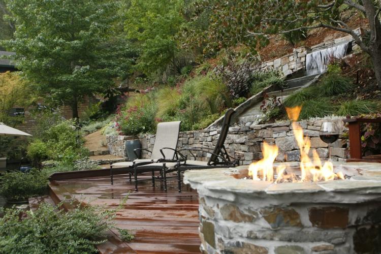 jardín terraza chimenea piedra redonda