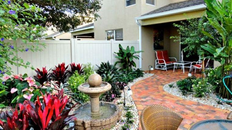 jardín patio fuente plantas