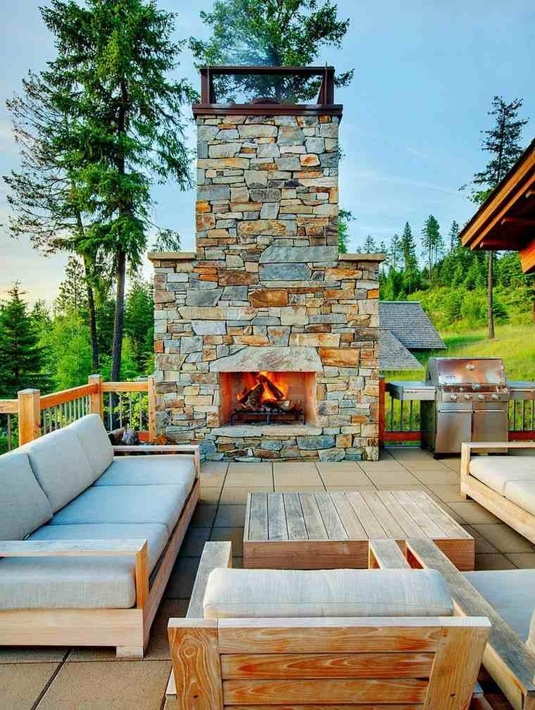 jardin-abierto-muebles-madera-chimenea-rustica