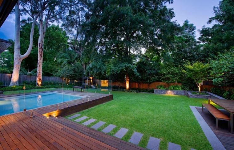 jardin amplio piscina rodeada valla cristal ideas