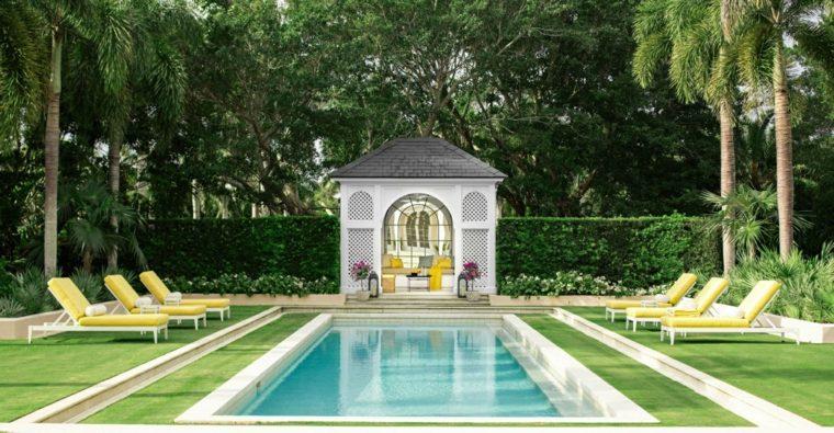jardin amplio piscina tumbonas amarillas ideas
