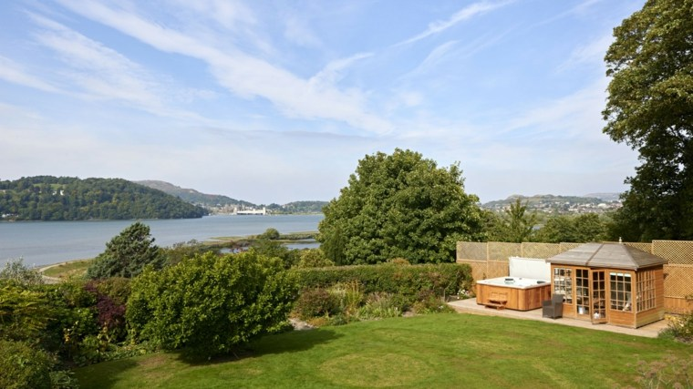 jardin clasico caseta madera jacuzzi moderno ideas