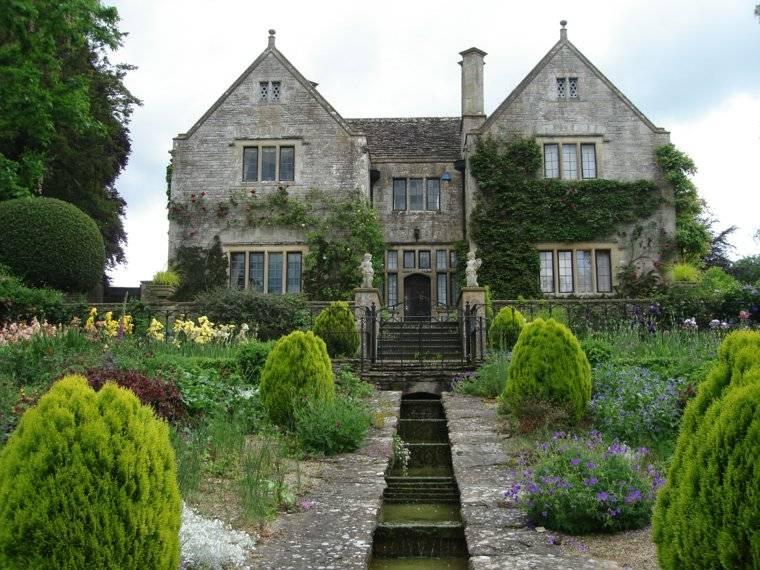 jardin-clasico-entrada-puerta-acero-negro