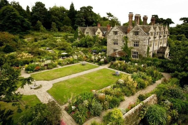 jardin-clasico-esxterior-amplio-cesped-plantas