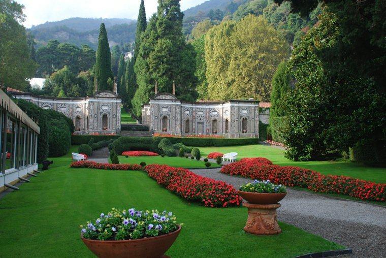 jardin clasico flores rojas camino ideas