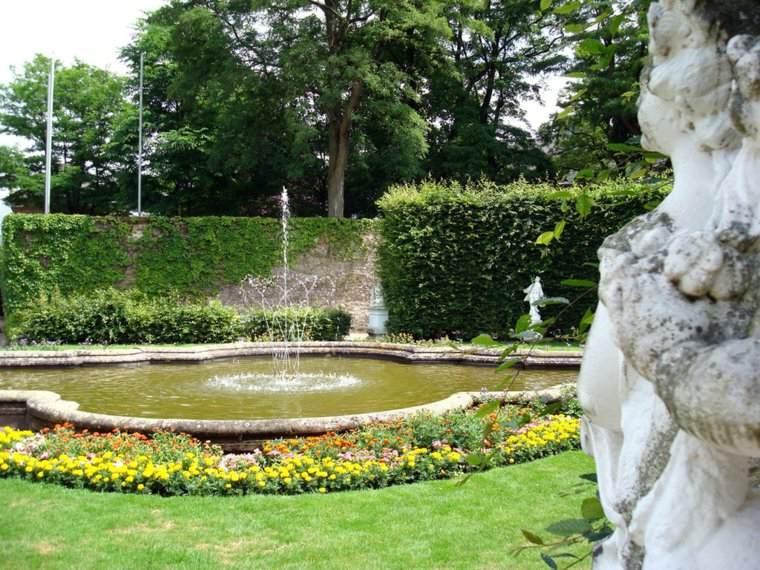 jardin clasico fuente flores colores ideas