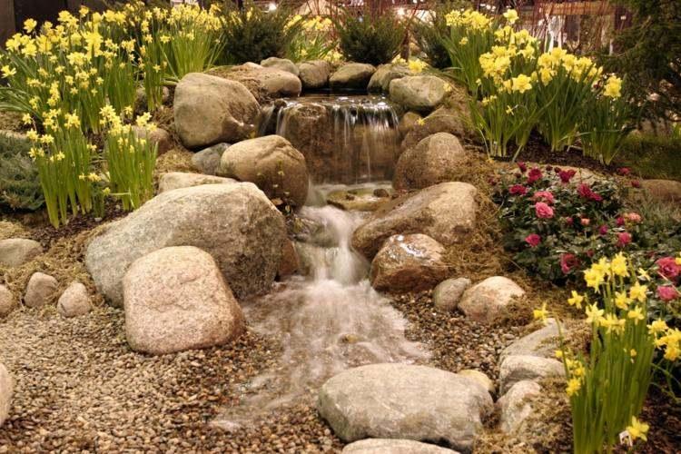 jardin piedras grandes flores caida agua ideas