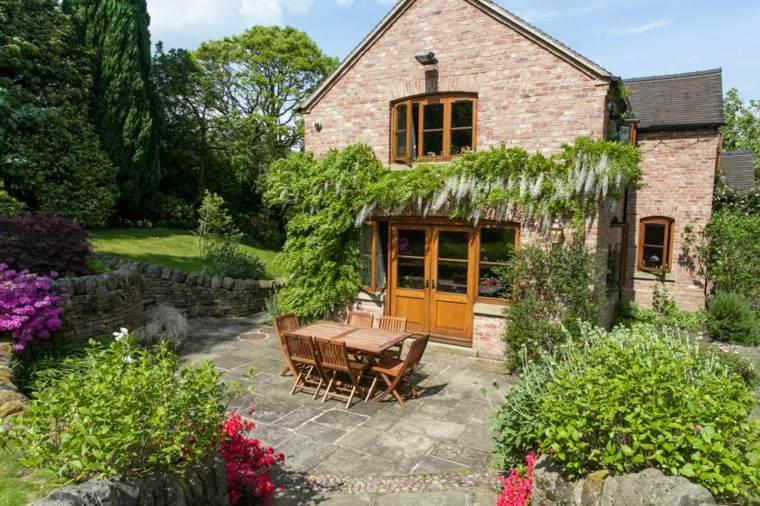jardin plantas trepadoras casa mesa sillas madera ideas