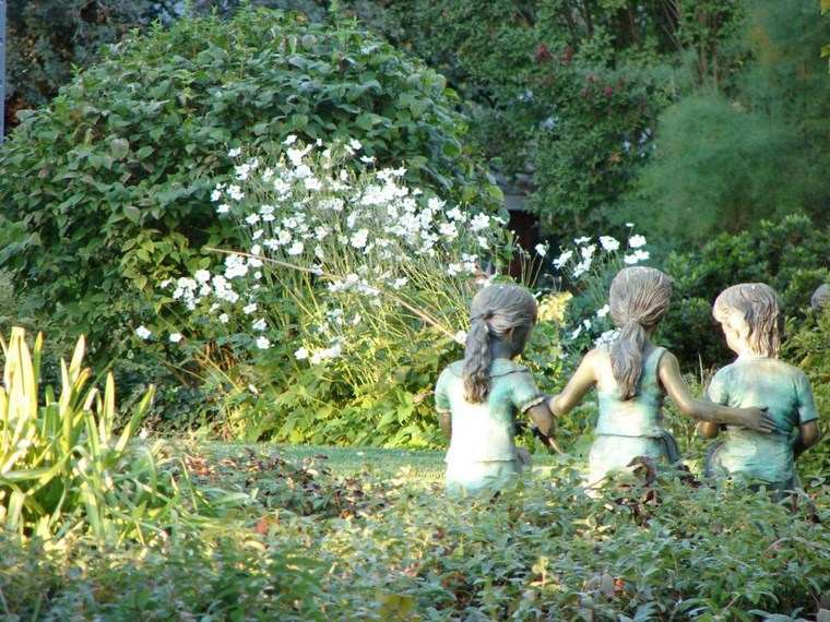 jardin romantico estatuas tres chicas ideas