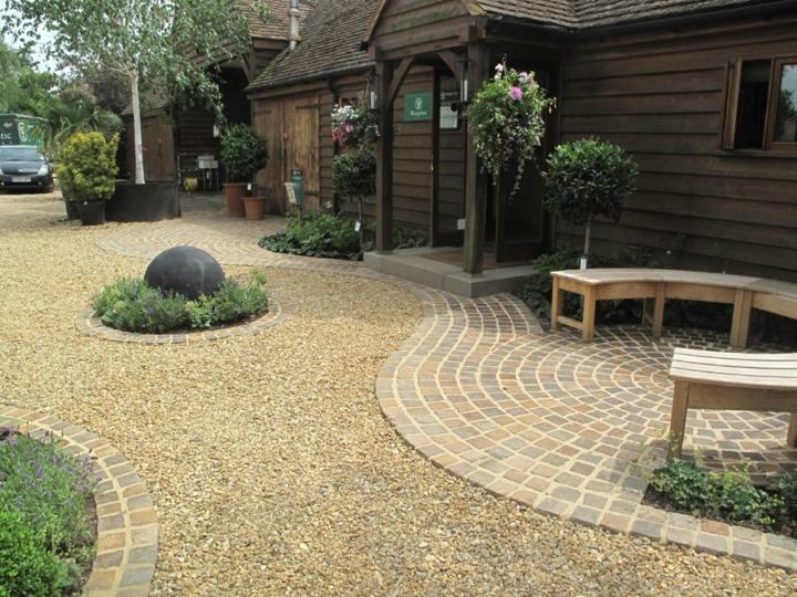 jardines mantenimiento sendero maderas circular