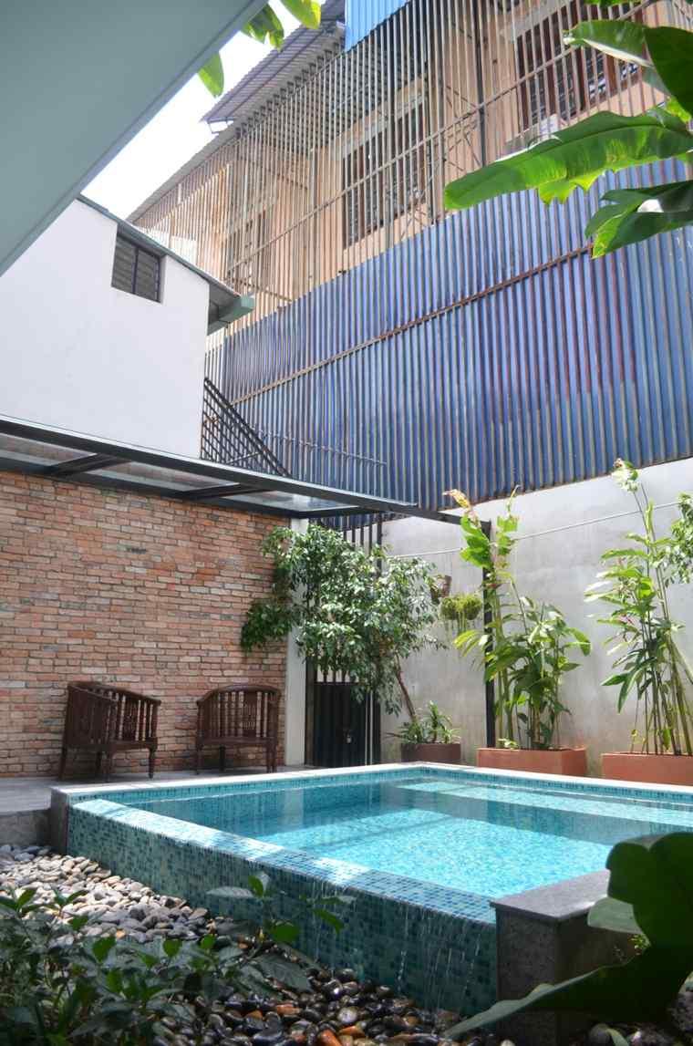 Jardines modernos con piscina 50 dise os radiantes Diseno de piscinas en espacios reducidos