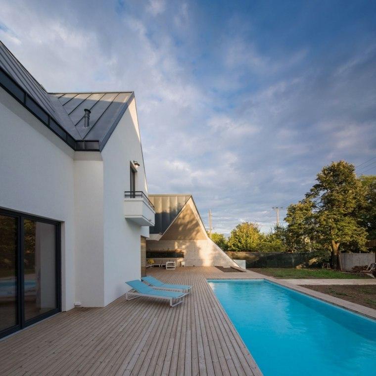jardines modernos con piscina suelo madera ideas