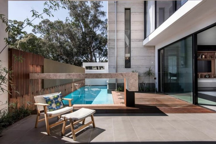 jardines modernos piscina rodeada valla cristal ideas