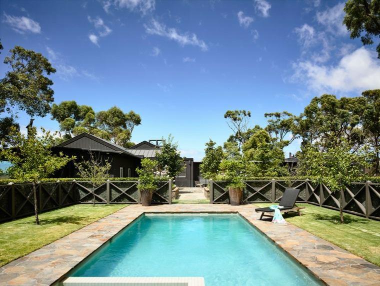 jardines modernos piscina rodeada valla madera ideas