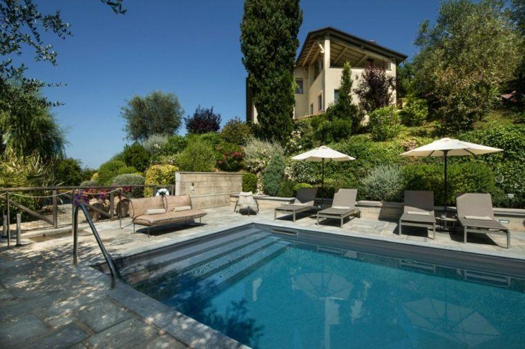 jardines modernos piscina sombrillas tumbonas ideas