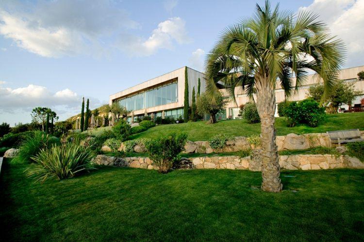 jardin moderno edificio lujoso