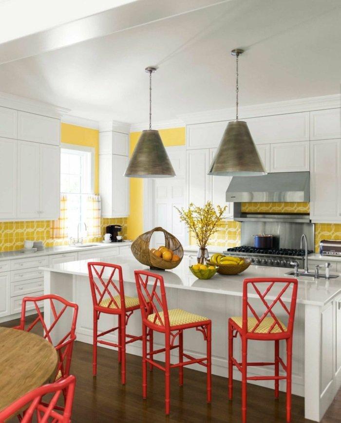 La primavera en casa 50 interiores con dise os frescos for Sillas de cocina rojas
