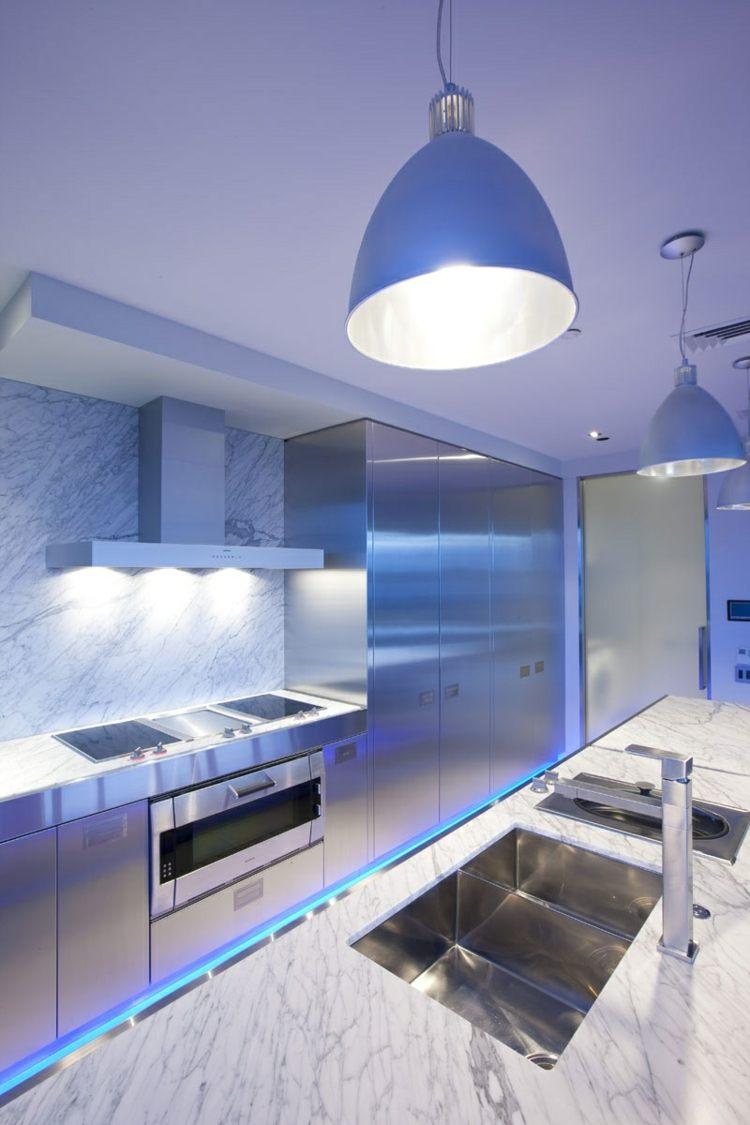 luces azules cocina moderna