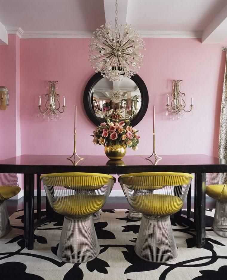 mezcla de colores vivos comedor pared rosa sillas amarillas ideas