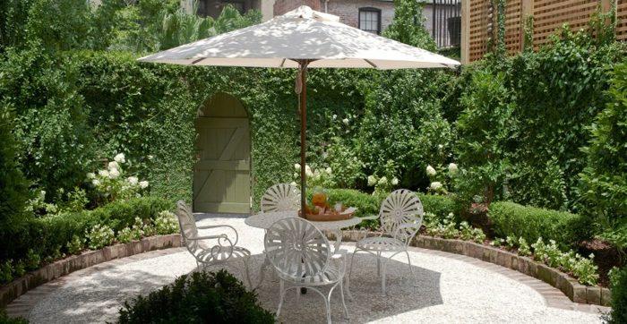mobiliario exteriores sendero grava sombrillas