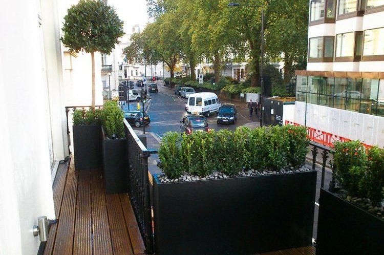 muebles a medida balcon macetas metalicas negras ideas