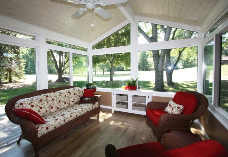 Salones y terrazas acristaladas de estilo playero 61 for Muebles estilo colonial