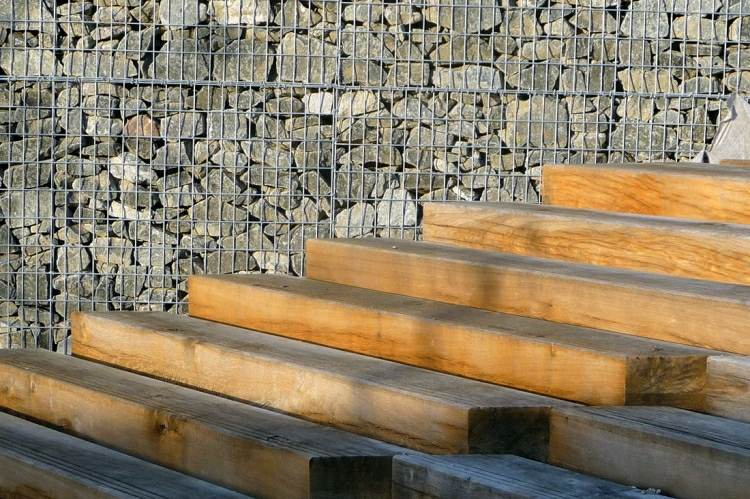 muro jardin escaleras madera natural