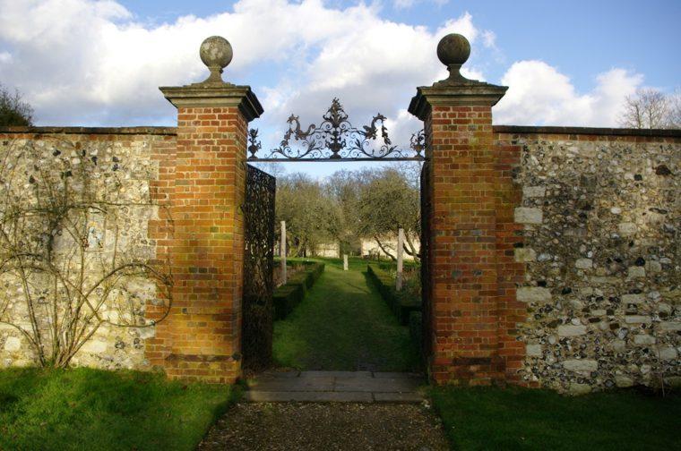 muro ladrillos columnas puerta