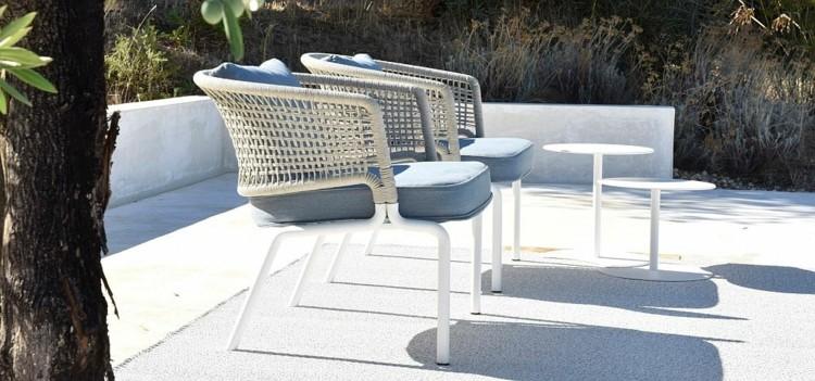 nueva vida lado piscina sillas blancas mesitas ideas