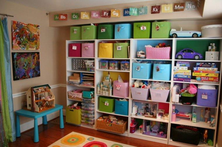 pared habitación infantil estantes