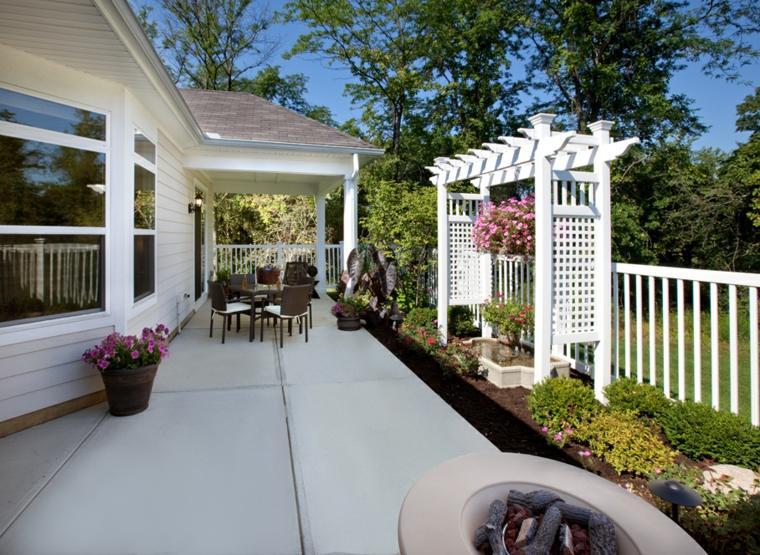 patio decorado pequeña pergola