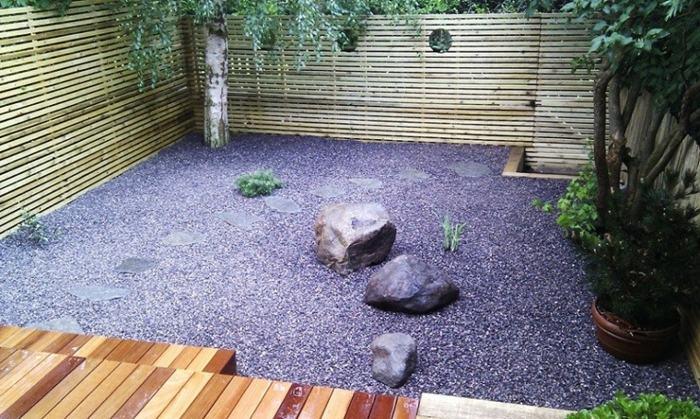 patio rocas piedras negras arbustos interiores