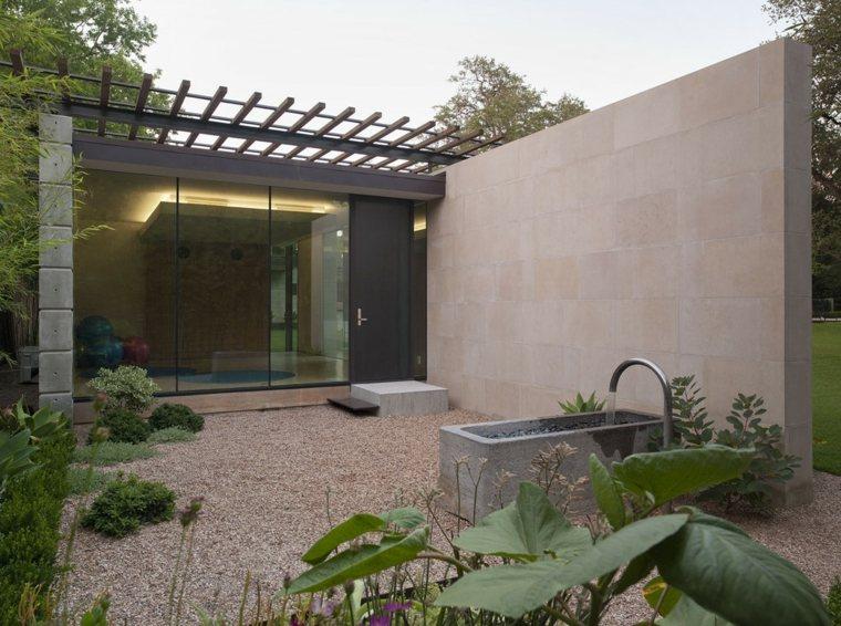 patio estilo moderno fuente grifo