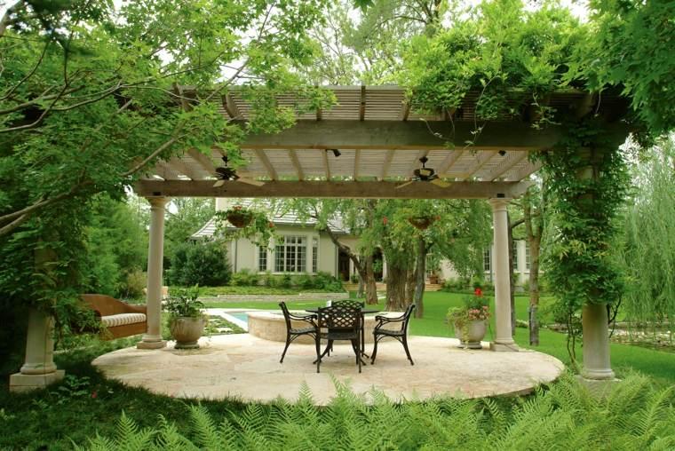 pergola madera jardin amplio cesped plantas trepadoras ideas