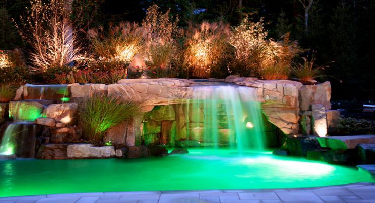 piscina moderna cascada piedra