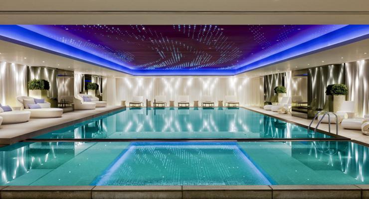 piscina interior cubierta lujosa