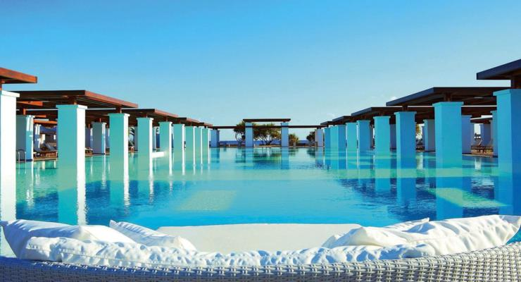 piscina pergolas columnas blancas