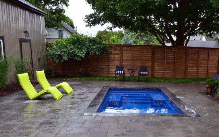 piscina pequena jardin tumbonas verde llamativo ideas