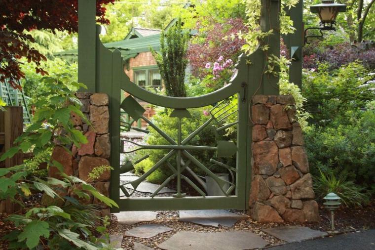puerta jardin utensilios herramientas