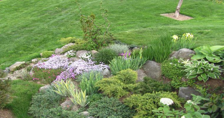 Rocalla en el jard n cincuenta ideas decorativas geniales - Jardines en pendiente ...