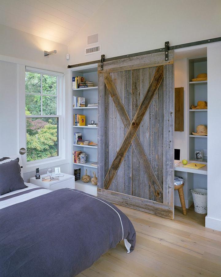 sillas cojines paneles grises medios estantes