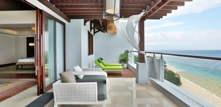 sillos blancos tumbonas verdes cortinas blancas ideas