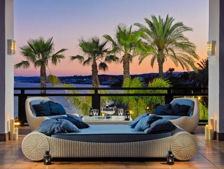 sofa rattan terraza grecia diseno palmeras ideas