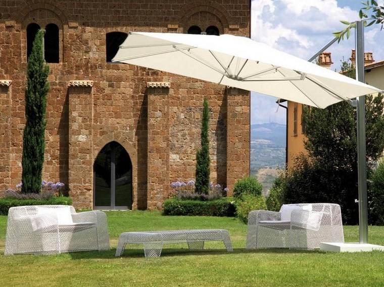 sol y sombra aire libre opciones muebles sombrilla blanca ideas