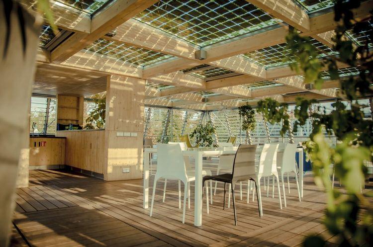 suelo-madera-terraza-diseno-moderno-muebles-blancos