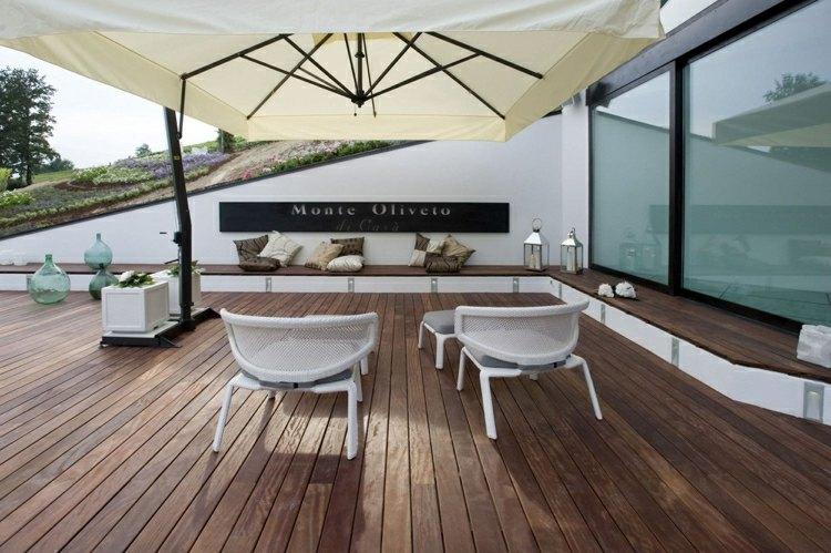 suelo madera terraza sombrilla blanca sillones blancos ideas